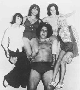 Andre le géant souleve 4 femmes
