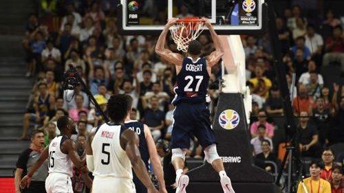 Combien mesurent les joueurs des équipes de France de Basket, Volley et Rugby ?